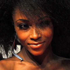 Yaya DaCosta - Bildurheber: Von Nick Stepowyj at http://www.flickr.com/photos/22601582@N08/ - http://www.flickr.com/photos/nickstep/4987954874/, CC BY 2.0, https://commons.wikimedia.org/w/index.php?curid=13239656