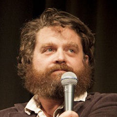 Zach Galifianakis - Bildurheber: Von CleftClips from Los Angeles, CA, United States of America - Marc Maron & Zach Galifianakis // Doug Loves Movies @ LA Pod Fest, CC BY 2.0, https://commons.wikimedia.org/w/index.php?curid=38048612