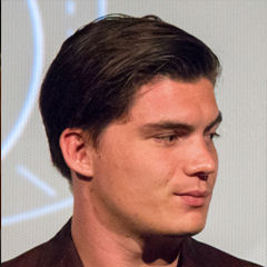 Zane Holtz - Bildurheber: Von Dominick D - Zane Holtz and Eiza Gonzalez, CC BY-SA 2.0, https://commons.wikimedia.org/w/index.php?curid=43923393